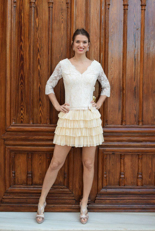 Vestido corto con falda de volantes
