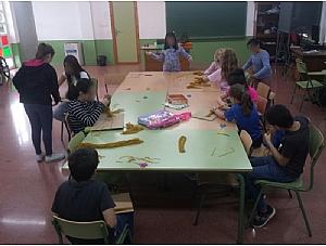 Los niños aprenden a hacer mayos a través del programa